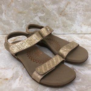 Aetrex gold sandal sz 10.5 like new Velcro straps